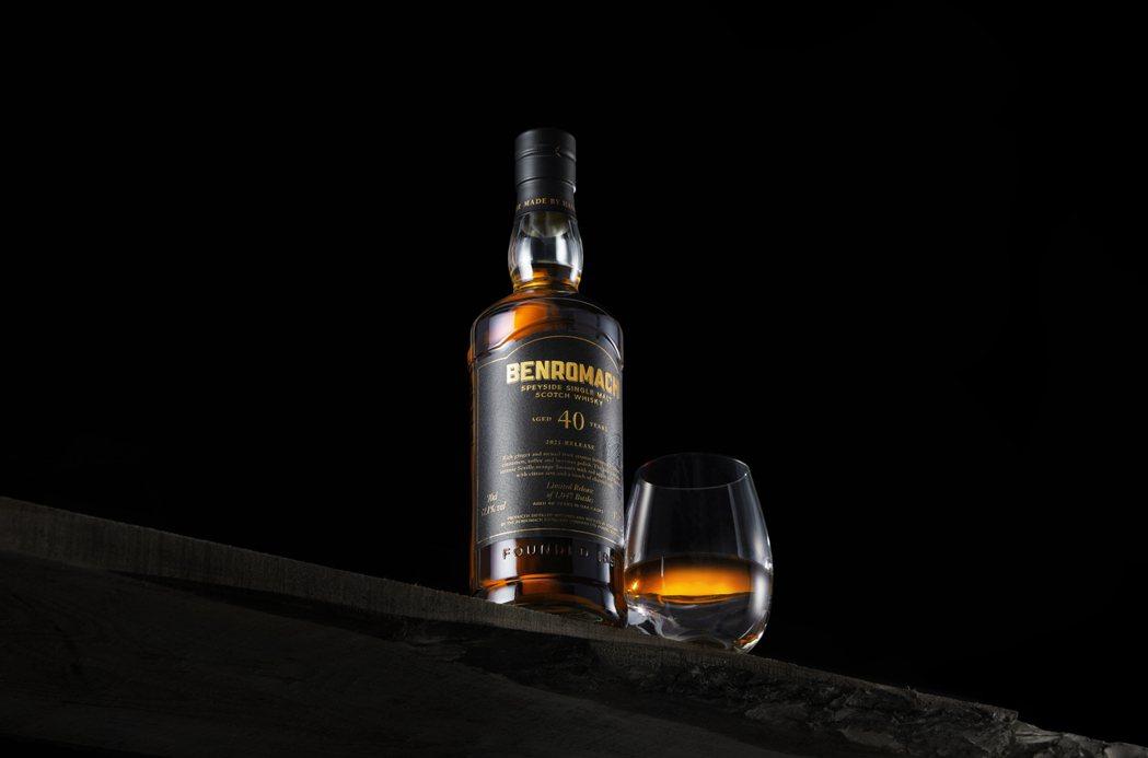 首款百樂門40年單一麥芽威士忌帶有濃郁的生薑和糖煮水果的香氣,塞維利亞柑橘、紅蘋...