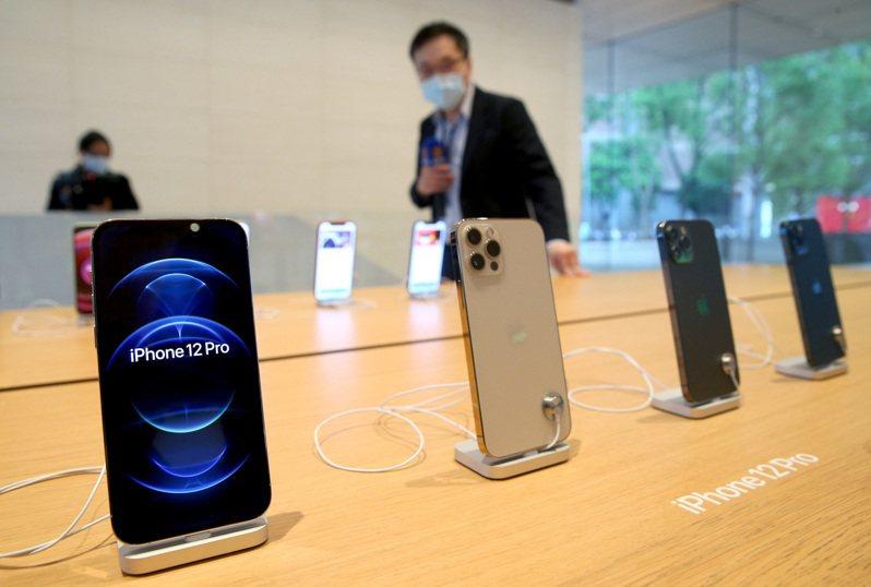 蘋果公司預計美西時間十四日舉行iPhone 13系列新機發表會,鴻海第3季營收雖然預估與第2季持平,但將比去年同期年增5%。圖為蘋果iPhone 12系列在台灣正式開賣情況。 本報資料照片