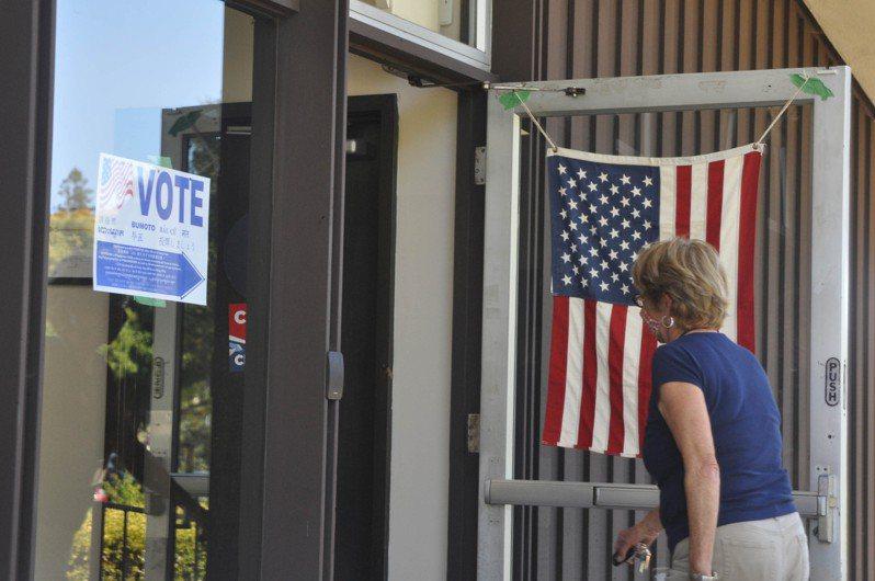 美西時間14日罷免加州州長紐松(Gavin Newsom)的投票截止日,這是史上第二次加州州長罷免戰。圖為13日加州民眾前往投票所畫面。 圖/中央社