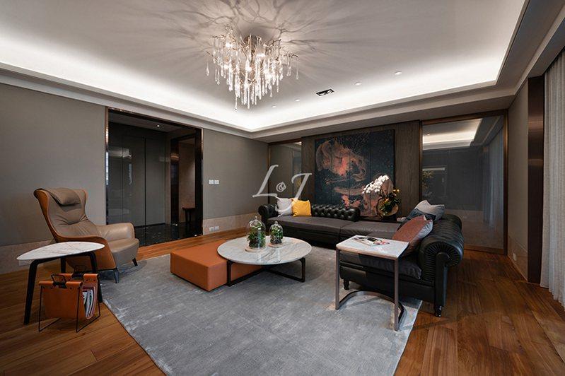 ▲客廳部分利用空間層次的啟合,創造窗景的鏈接,不因實體的受限而遭切割,另外,在入口採雙動線設計讓動線流暢簡單,且空間配置鬆緊大小適宜。