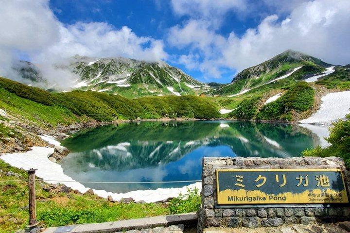 天氣晴朗時,御庫裏池倒映出的山景美不勝收。 圖:立山黒部貫光株式会社/提供