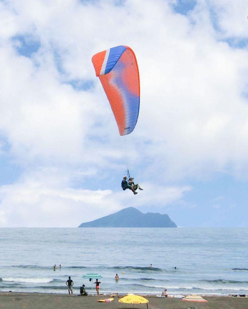 宜蘭外澳飛行傘。 圖/IG, qiuung