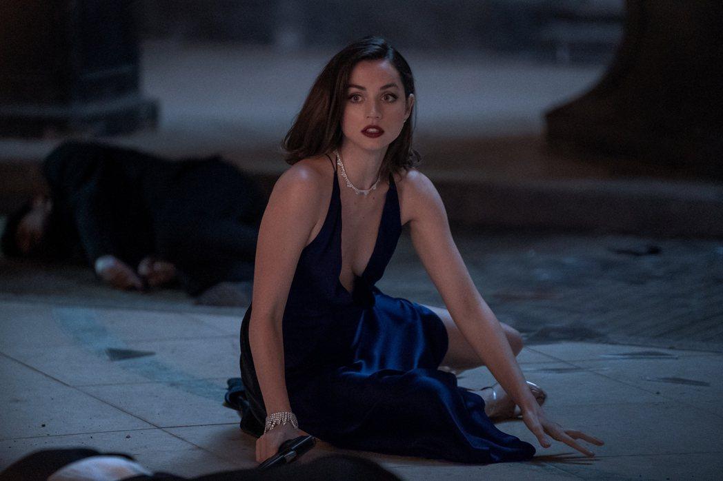 安娜迪阿瑪斯在「007生死交戰」中裝扮性感,卻以動作演出為主。圖/UIP提供