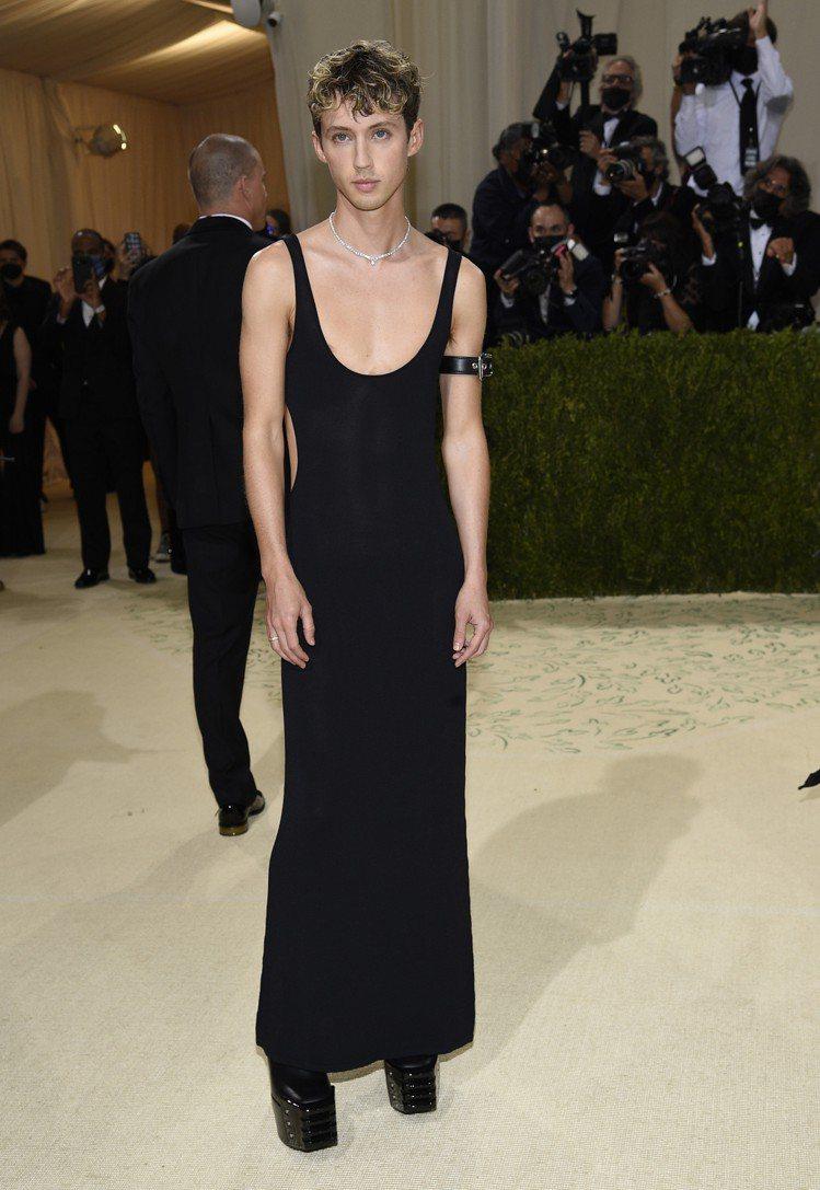 特洛伊希文以一身極度貼身的黑色U型低領洋裝搭配卡地亞項鍊與粗跟靴走上Met Ga...