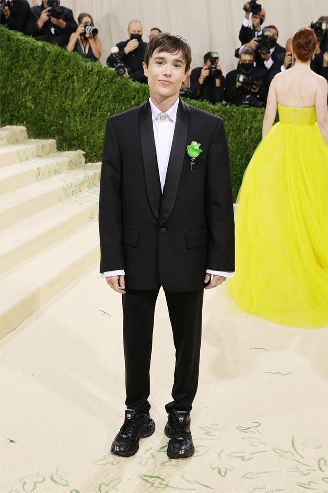 艾略特佩姬穿上BALENCIAGA黑色西裝,別了一朵綠色康乃馨,其實是在向著名同...