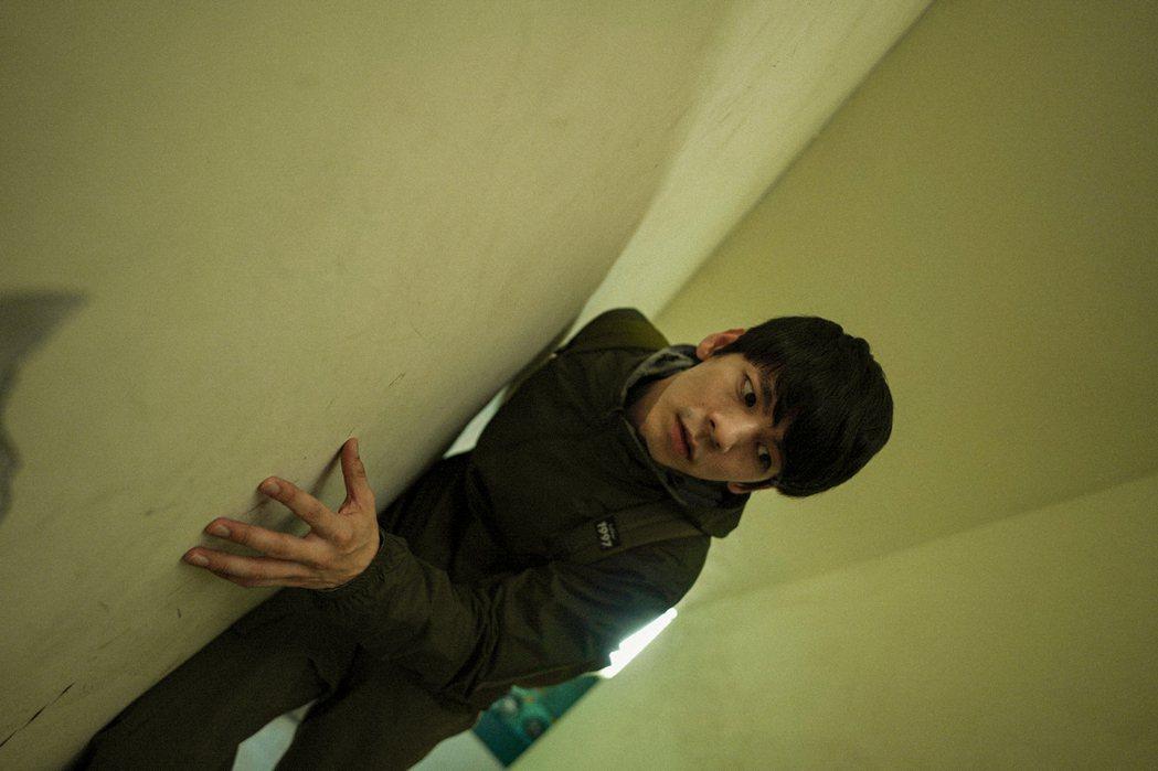 林柏宏在電影「青春弒戀」逆齡10歲挑戰演出邊緣宅男大學生。圖/電影《青春弒戀》提...