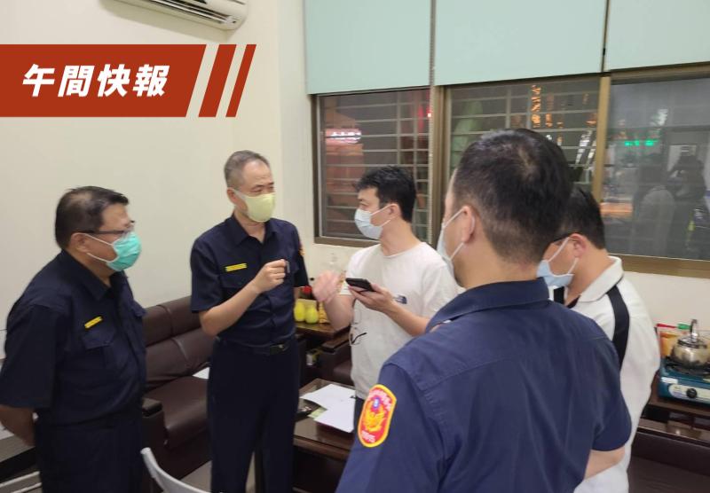 台南市警一分局長方國璽(左二)處理前總統陳水扁家門前自認沒做好,自請處分。記者黃宣翰/攝影