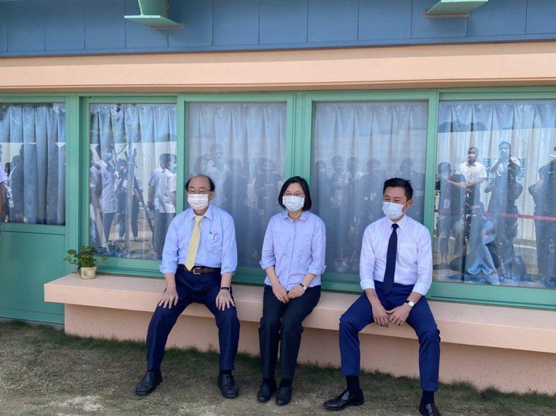 總統蔡英文今天上午在新竹市長林智堅及立委柯建銘陪下,到新竹市參訪國家太空中心、華德福非營利幼兒園。記者王駿杰/攝影