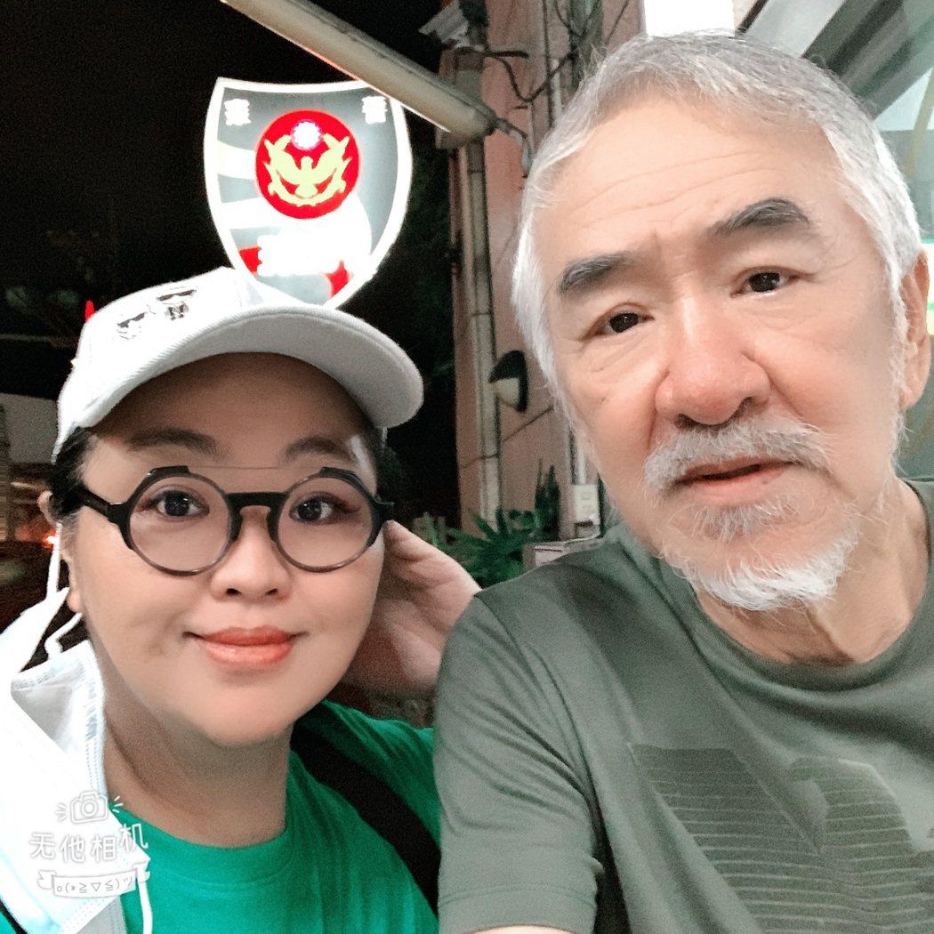 孫情(右)在姪女孫老師陪同下到警局報案。圖/鴻凱娛樂提供