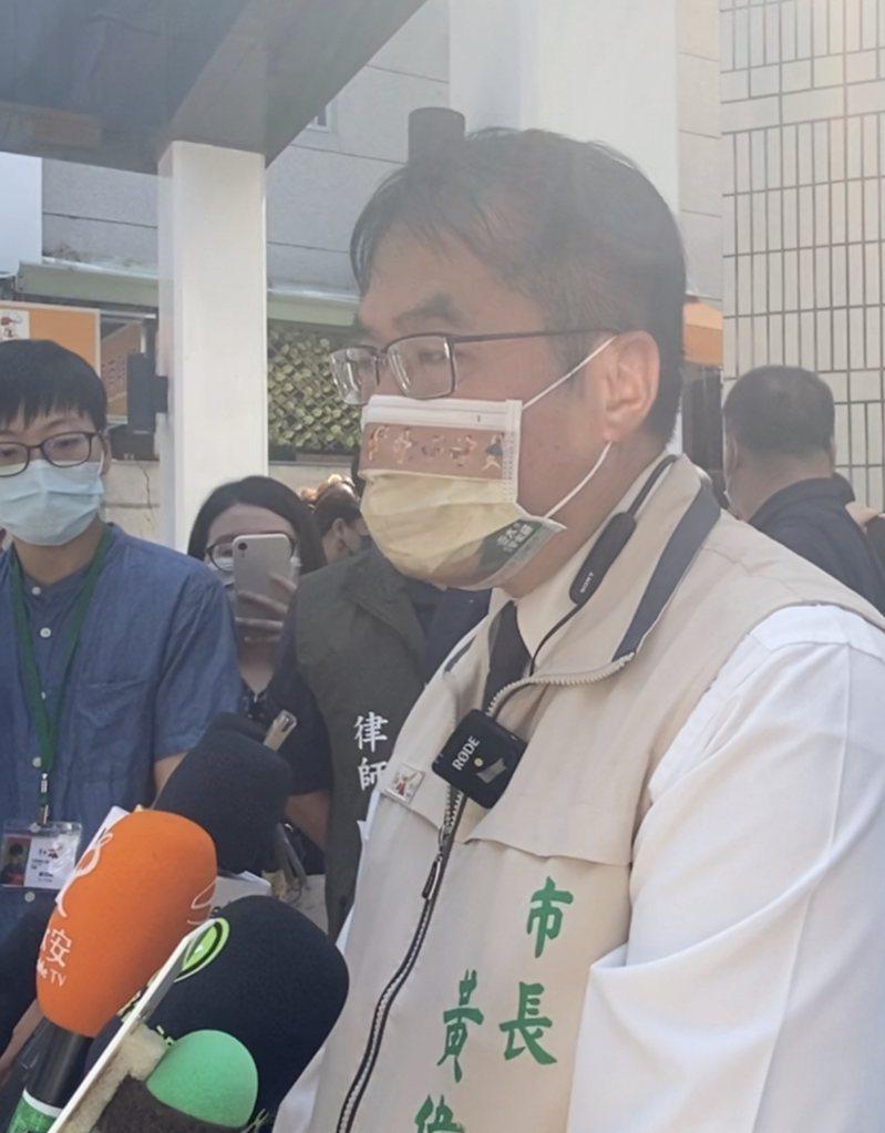 台南市長黃偉哲今天針對前總統陳水扁住處外可疑物品發表看法。記者修瑞瑩/攝影