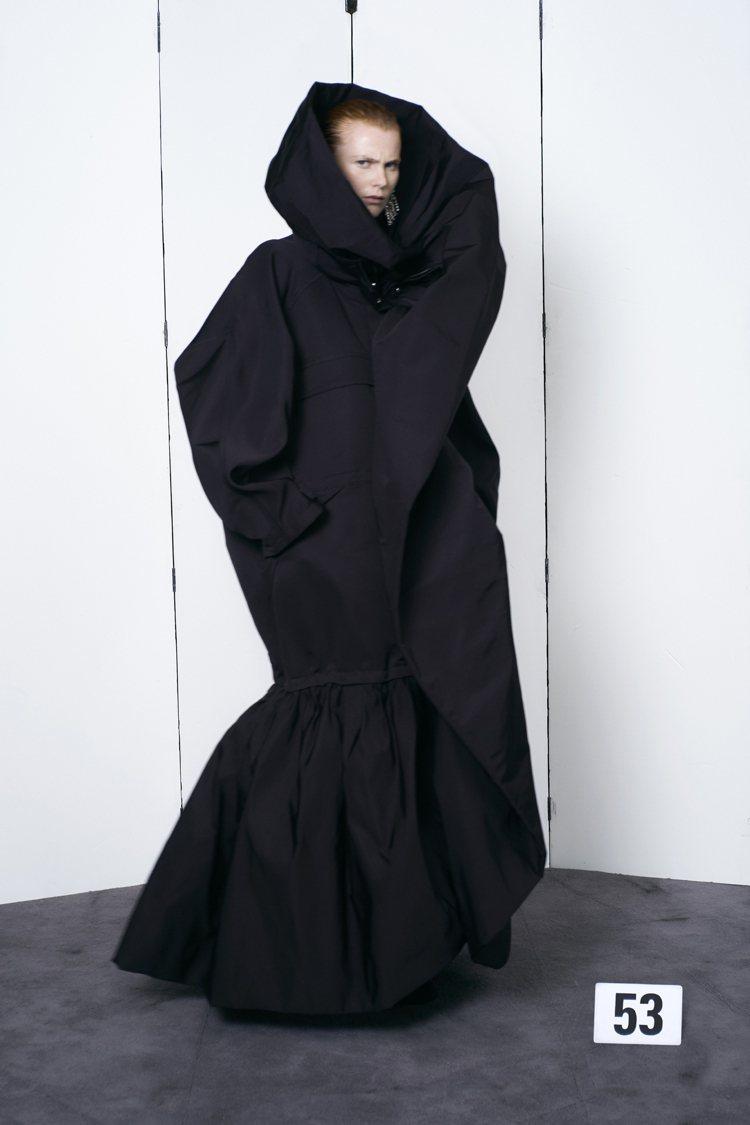 蕾哈娜身上這件黑色禮服,出自BALENCIAGA今年時隔53年重啟的高級訂製系列...