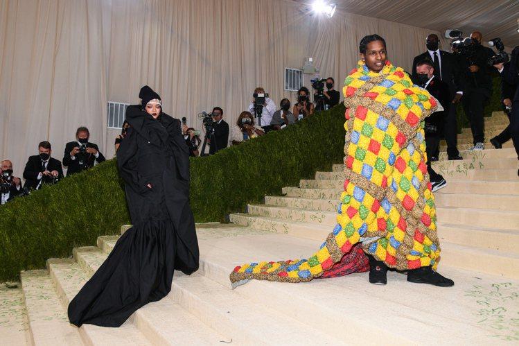 蕾哈娜今年和A$AP攜手亮相,兩人不曉得是不是昨天晚上有通過電話約好要穿一樣的風...