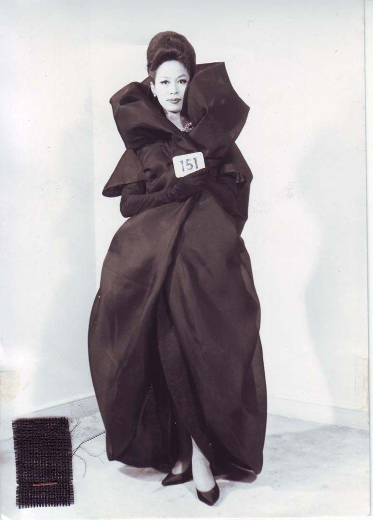 蕾哈娜的禮服是復刻BALENCIAGA典藏高定作品的設計,在這整個系列中相當具有...