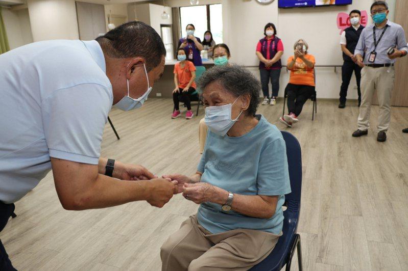 新北市長侯友宜日前探視銀髮俱樂部,宣布今年重陽敬老金將提早發放。圖/新北市社會局提供