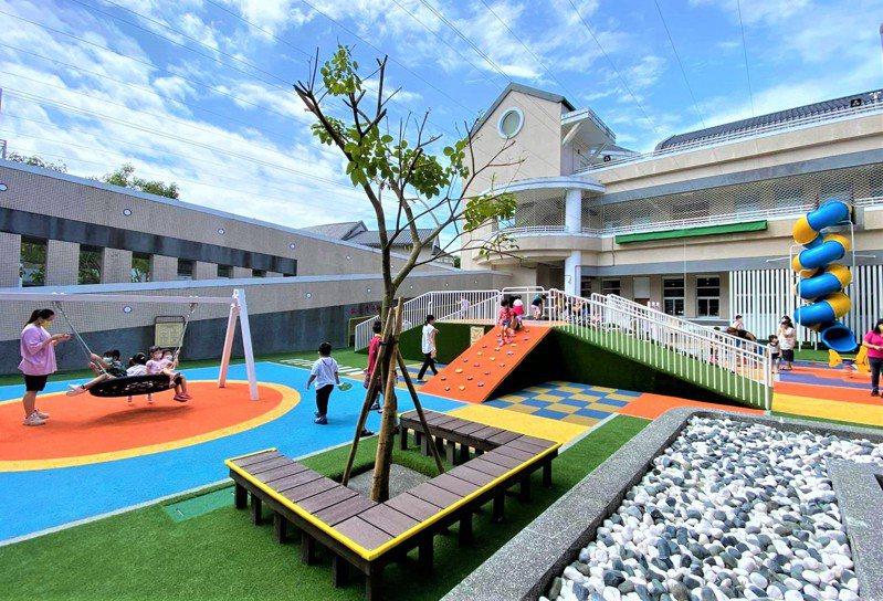 屏東鹽埔社福館共融遊戲場今天啟用,全齡鞦韆、兒童電動車、2層樓高的溜滑梯和室內攀爬、彩繪、積木室,親子直呼它顛覆既有遊戲場印象,是夢想中的免費遊樂園。圖/民眾提供