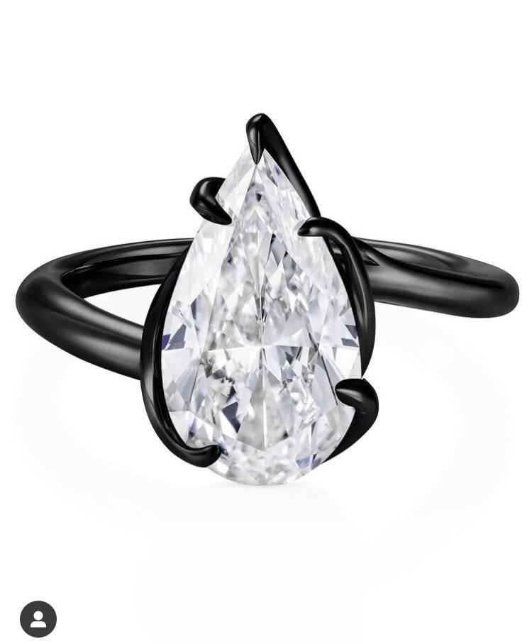 蕾哈娜配戴的Thelma West鑽石戒指將透過蘇富比展售會販售,推動美國黑人平...