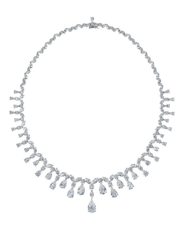芮塔歐拉配戴的DE BEERS Assana 高級珠寶鑽石項鍊約,1455萬元。...