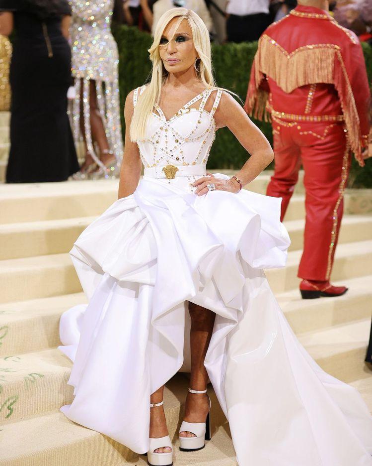 Donatella Versace則是穿著白色的大蓬蓬裙,上身的馬甲和肩帶也很有...
