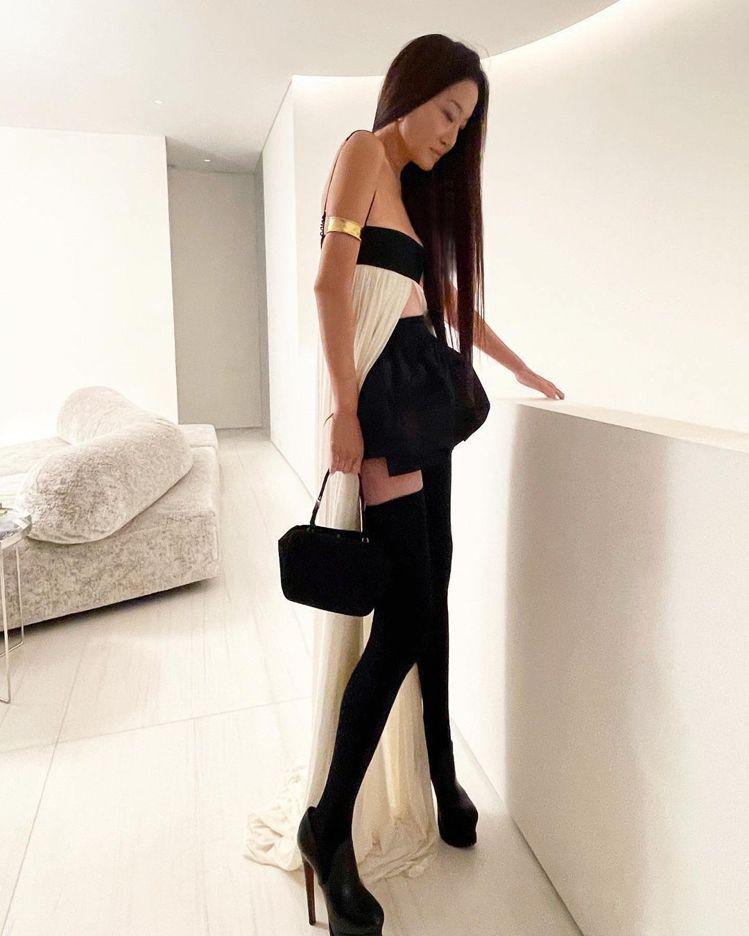 Vera Wang穿上自己的設計露出一雙纖細長腿,超細肩小可愛配花苞短裙非常俏麗...