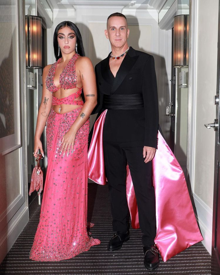 穿黑西裝的Jeremy Scott,波浪衣擺露出高調的桃紅色內襯,華麗古典又混搭...