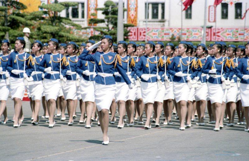 民國74年國慶遊行上,中興大學女生隊表現了一般大學女青年的活潑剛健、明秀俊朗。他們穿藍衣白裙,戴小扁帽,白鞋、白耳環,丰采不亞於政戰學校的花木蘭。圖/聯合報系資料照片