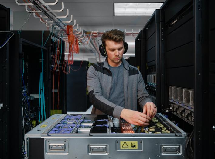 實驗室內的 IBM Power E1080,一名工程師正在開發 IBM Powe...