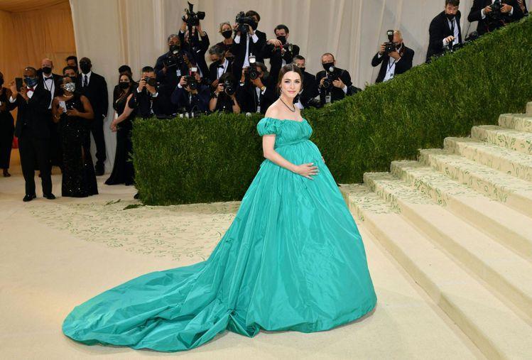 安娜溫圖的女兒Bee Shaffer穿上VALENTINO為她量身打造的禮服,化...