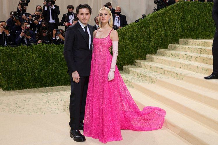 貝克漢長子布魯克林的未婚妻Nicola Peltz,也是穿著量身訂製的桃紅色蕾絲...