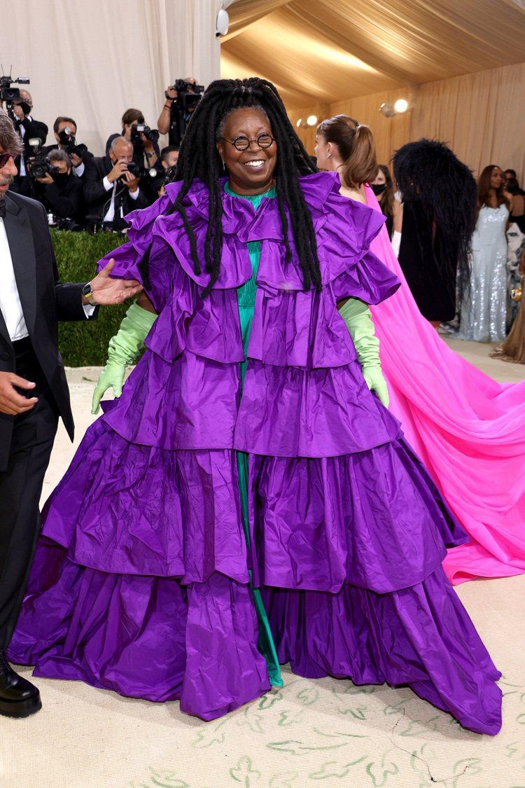 琥碧戈柏則是完美駕馭紫色蛋糕裙的繁複感,搭配標誌性的髮型,也增添一絲民族風情。圖...