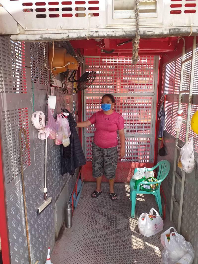 52歲劉姐是清寒人士,曾接受人安基金會服務,她利用時間考取證照,在工地找到電梯操作的工作。記者鄭維真/翻攝
