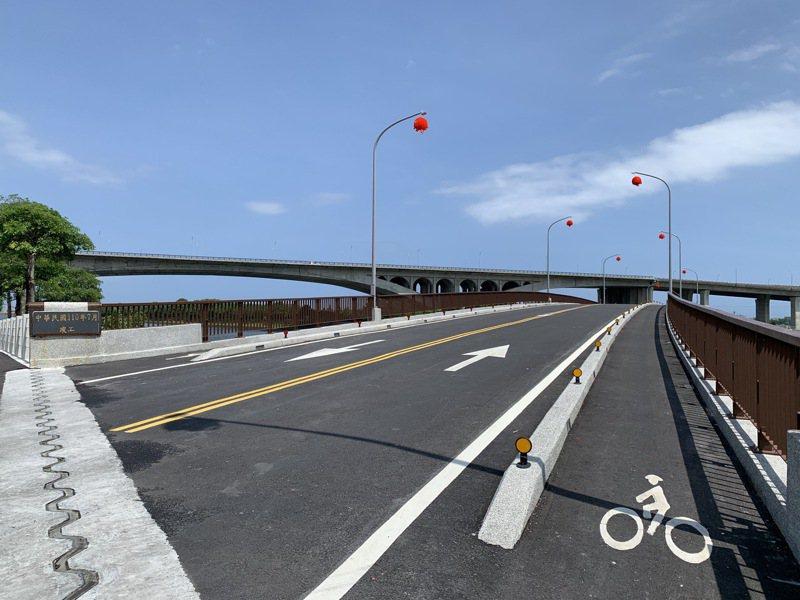 有別於舊橋嘉冬橋,新橋茄苳橋不只雙向可會車,亦增加自行車與行人共用道作為休憩。記者林佳彣/攝影