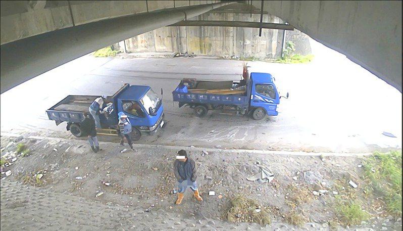台東環保局抓亂倒廢棄物,意外查獲大量隨地便溺案件。圖/環保局提供
