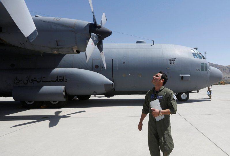 阿富汗空軍飛行員多半曾赴美受教育或受訓,是神學士最痛恨的一群人。圖為2017年檔案照,喀布爾一名阿富汗飛行員在飛行任務前,檢查C-130軍用運輸機。路透