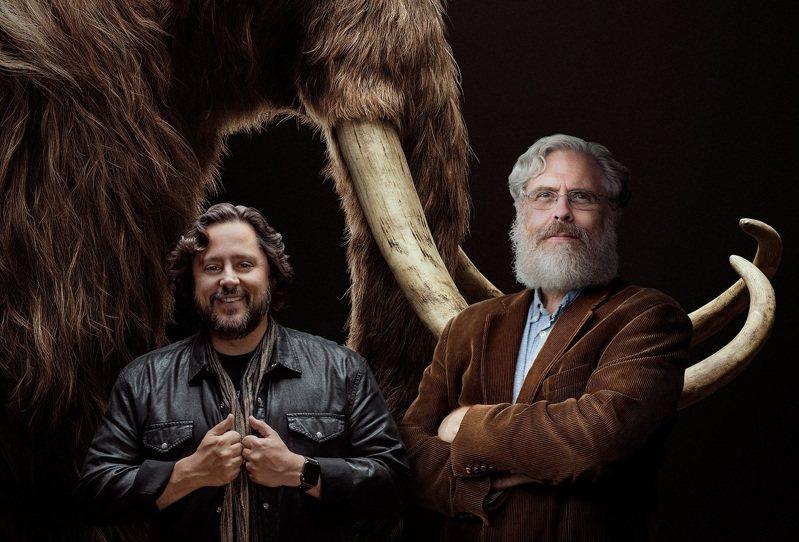 哈佛醫學院生物學家邱奇博士(右)與人工智慧公司「Hypergiant」創辦人拉姆(左)。兩人合作設立Colossal公司試圖復活4千年前滅絕的猛瑪象。紐約時報