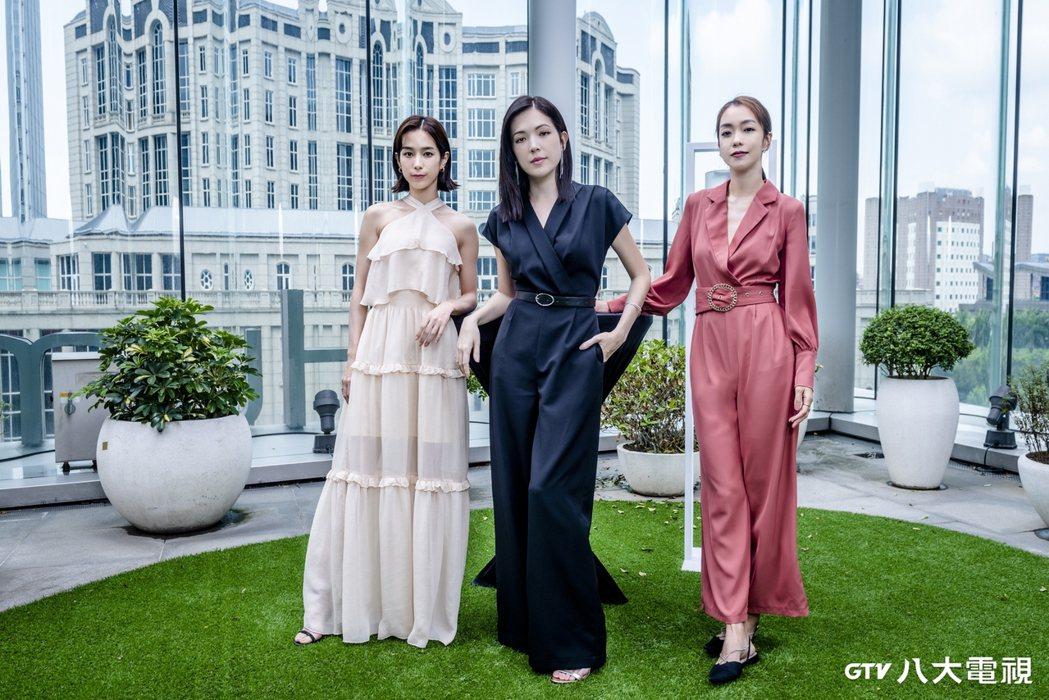 温貞菱(左起)、許瑋甯、李霈瑜演出「她和她的她」。圖/八大電視提供