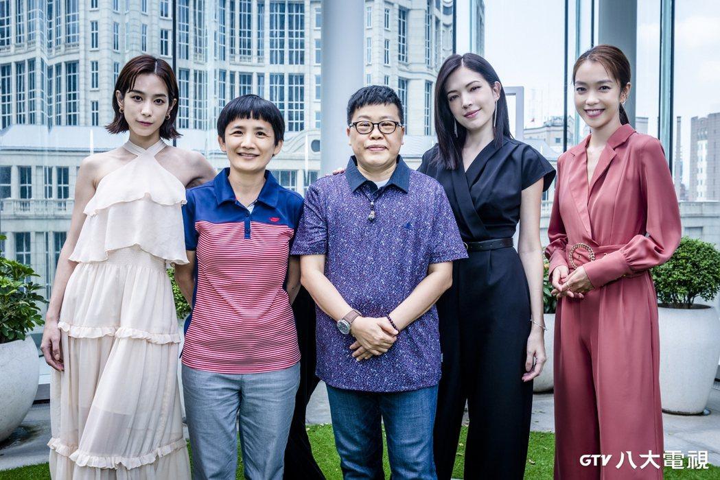 温貞菱(左起)、導演卓立、監製葉如芬、許瑋甯、李霈瑜打造「她和她的她」。圖/八大...