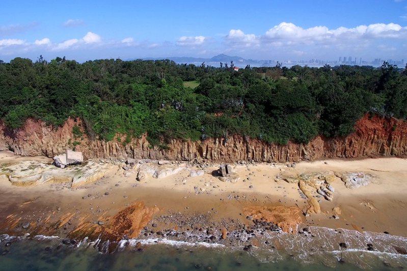 烈嶼地區的南山頭玄武岩地形,相當有特色,每年都吸引相當多遊客到訪。圖/縣府提供