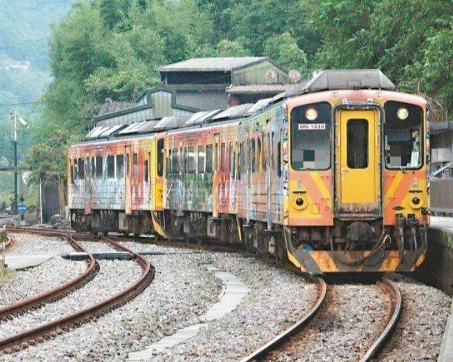 2015台鐵宣布平溪線等4條支線將引進油電混合車,但招標不順。圖/聯合報系資料照片