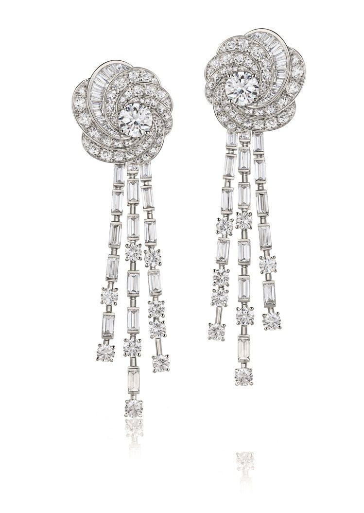 Karlie Kloss配戴的DE BEERS Aria高級珠寶鑽石耳環,約52...