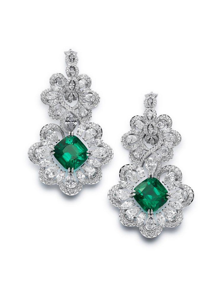 莎朗史東配戴的蕭邦Precious Lace 系列獲公平採礦認證之18K白金耳環...