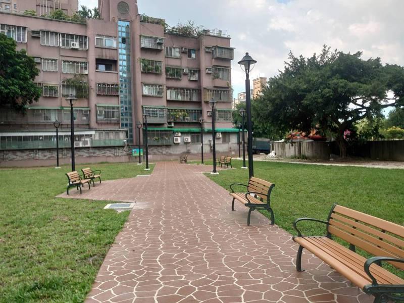 埔墘段綠地美化後,為該荒廢地重新打造休憩步道、綠地空間及提供休憩座椅。圖/板橋區公所提供