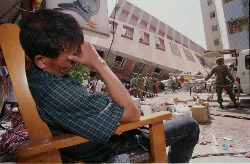 台中東勢王朝兩幢14層樓的建築在921大地震時倒塌,難以估計的居民被壓在大樓下,一旁等待的親人忍不住傷心落淚。圖/聯合報系資料照片