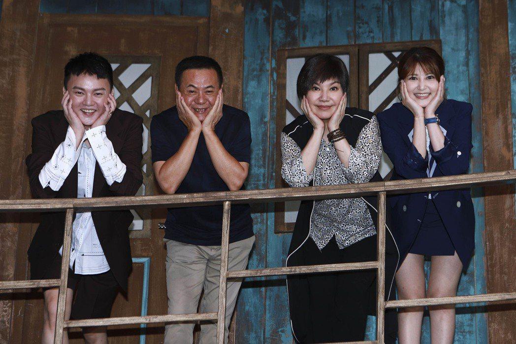 許富凱(左起)、蔡振南、唐美雲、樓心潼在「孟婆客棧」拍攝場景擺出笑臉迎人POSE