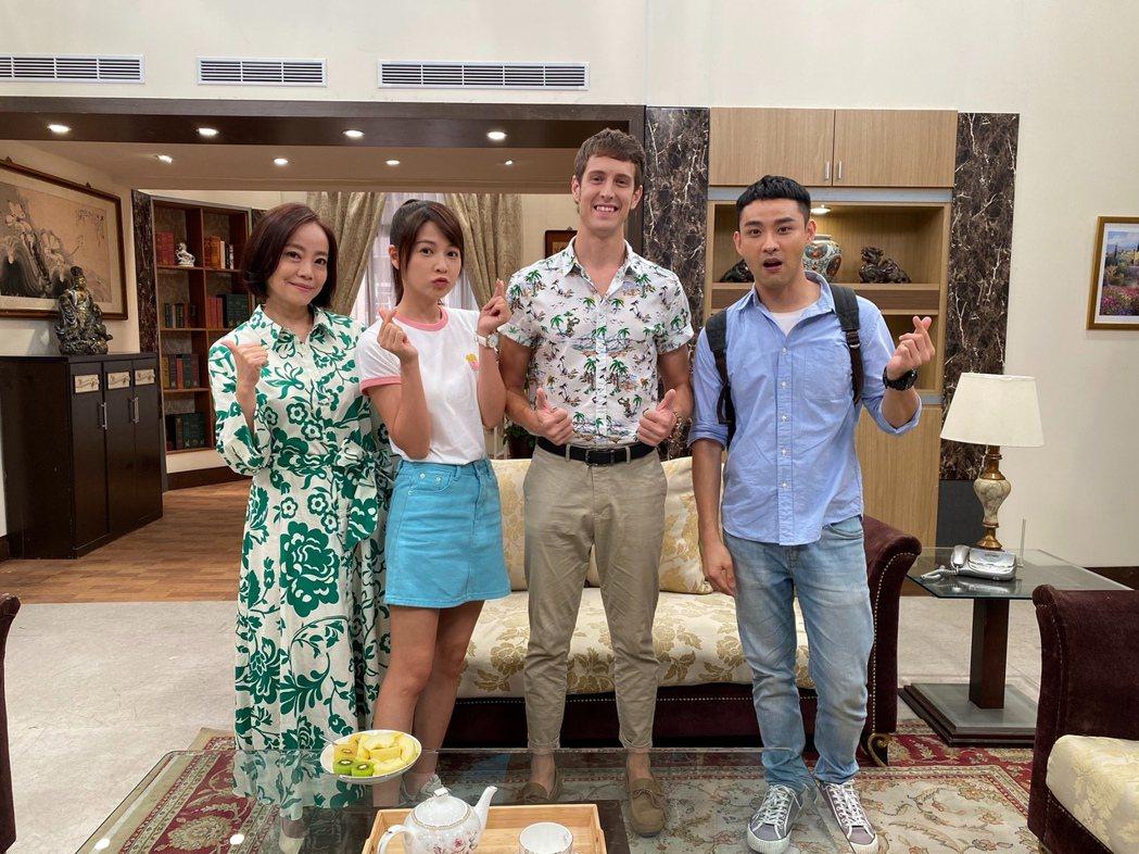 賈斯汀(右二)客串「黃金歲月」的英文家教,范瑞君(左起)、謝京穎、潘柏希歡迎。圖...