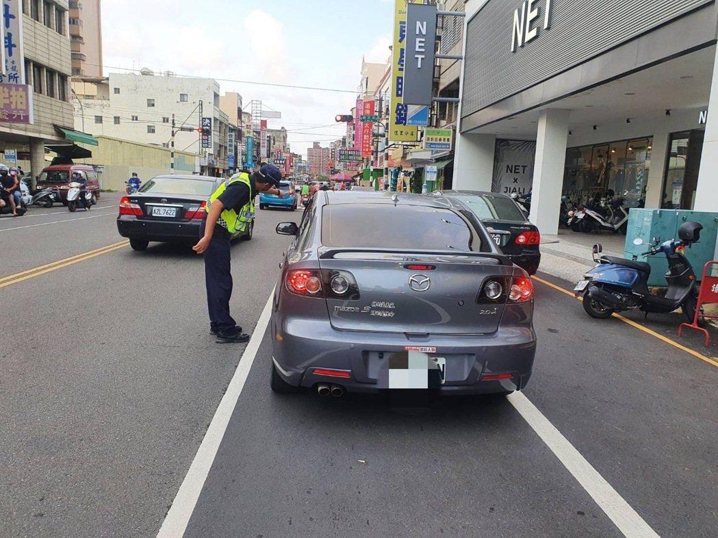 台南市佳里警分局公布4條嚴重並排停車路段將加強取締。記得吳淑玲/翻攝