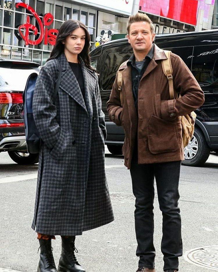 傑瑞米雷納(右)與海莉史坦菲德主演「鷹眼」。圖/摘自imdb