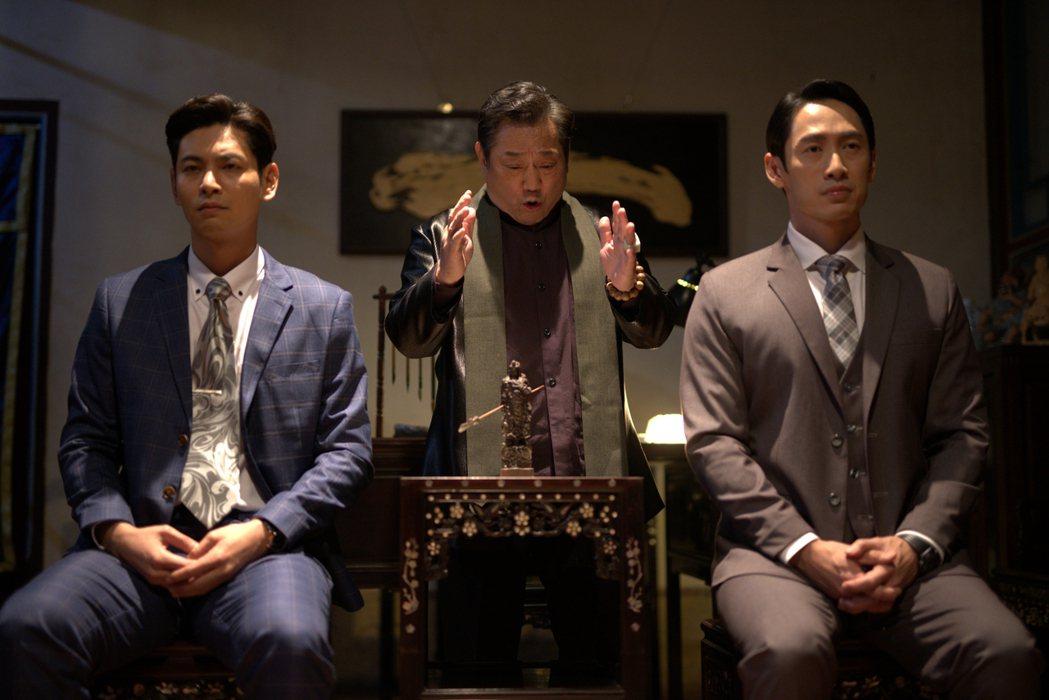 路斯明(右起)、林義芳、楊子儀演出「國際橋牌社2」。圖/國際橋牌社提供