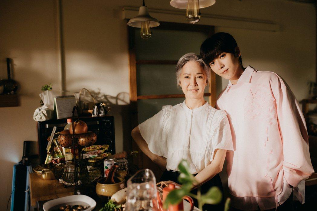 畢書盡(右)以新歌「Don't Blow Away」唱出對韓國家人的想念,要來大