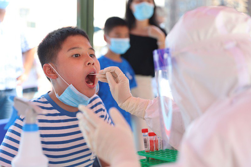 福建廈門、莆田已啟動全市全員核酸檢測。圖為小朋友接受檢測,非新聞當事者。(新華社)