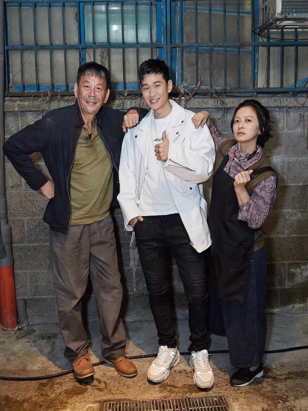 龍劭華(左)去年為周興哲獻出MV處男作,右為謝瓊煖。圖/星空飛騰提供